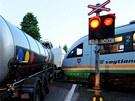 Kamion vjel před vlak na přejezdu s fungující světelnou signalizací.