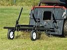 K traktoru můžete připojit například vyhrabovač trávy.
