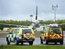 Letoun Mezinárodních pákistánskch aerolinií obklopený vozidly záchranářů na