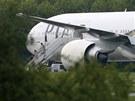 Pasažéři vystupují na letišti Stansted z letounu, který museli kvůli ohrožení