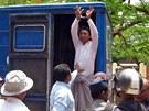 Jeden z obviněných muslimů v policejním voze.