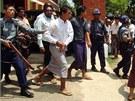 Policie odvádí odsouzené muslimy ze soudní místnosti.