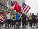 Běžci běží poslední míli závodu, který před měsícem přerušil teroristický útok