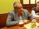 Karel Schwarzenberg při diskuzi s příchozími v restauraci U Kalendů.