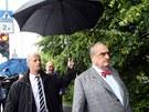 Karel Schwarzenberg odchází z Palackého náměstí do  restaurace U Kalendů.