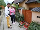 Před domem zavražděné rodiny v Brně-Ivanovicích se hromadí svíčky, květiny a