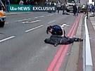 Otřesný útok a následný zásah policie zachytily kamery přihlížejících (22.