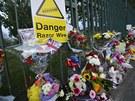 V místě útoku se hromadí květiny těch, kteří přišli na Rigbyho zavzpomínat nebo