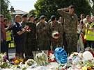 Na místo brutálního útoku se hromadí stovky květin (26. května)
