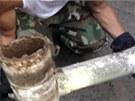 Část odpadního potrubí museli záchranáři vyříznout a celou ji odvézt do