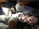 Novorozeně během záchrany z odpadního potrubí v čínské nemocnici