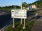 Směrovka v rakouské obci Mureck ukazuje k hraničnímu přechodu se Slovinskem.