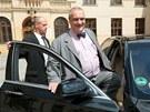 Ministr zahraničí Karel Schwarzenberg odjíždí z tiskové konference TOP 09 v
