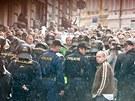 Policist� zas�hli v Duchcov� proti ��astn�k�m demonstrace (29. kv�tna 2013).