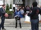 Demonstrace za lepší bydlení pro chudé před ostravským magistrátem. (27. května