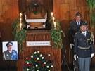 U rakve Zdeňka Škarvady stáli vojáci, pohřeb provázely vojenské pocty. (28.