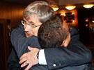 Exministr �kolstv� Josef Dobe� se v�ele objel se ��fem �esk� unie sportu