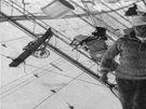 V kýlu vzducholodi vedl chodník od přídě k zádi. Na úzkém prkně polárníci mimo službu v kabině spali. Vzducholoď nebyla vytápěná. Za letu v ní panovala teplota okolního prostředí, tedy asi – 20°C.