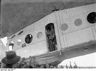 Italia přistává ve Stolpu 1928. Ve dveřích kabiny stojí velitel výpravy Nobile.