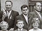 Rudolf Kubiš na svatební fotografii (uprostřed).