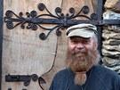 Pan Dobeš před vlastnoručně vyrobenými dveřmi rozhledny