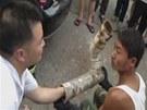 Záchranáři se snaží vyprostit dítě z uřízlého kusu potrubí.