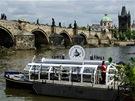 Elektroloď z Muzea Karla Zemana popluje do Čertovky a ke Karlovu mostu.