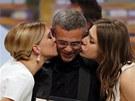 Herečky Lea Seydouxová (vlevo) a Adele Exarchopoulo líbají režiséra vítězného
