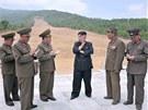 Na postup prací v průsmyku Masik dohlíží sám Kim Čong-un. (27. května 2013)