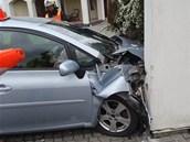 Z branky museli nabourané auto vyprostit hasiči.