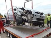 Nabouraný vůz z místa odvezla odtahová služba.