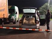 Policisté vyšetřují přepadení automobilu převážejícího peníze v Chýní u Prahy.