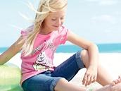 Růžová barva a džínovina ksobě patří i letos. Trička pro holky mají veselé