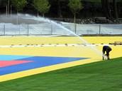 Instalace a zkou�ka závlahového systému v atletickém areálu na levém b�ehu Oh�e