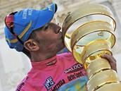 Vincenzo Nibali s trofejí pro vítěze Giro d´Italia.
