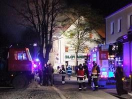 Když hasiči přijeli, byla už střecha hotelu v plamenech. Posléze se propadla.