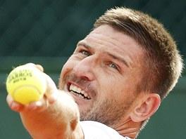 PŘED PODÁNÍM. Český tenista Jan Hájek se chystá podávat v utkání 2. kola na Roland Garros.