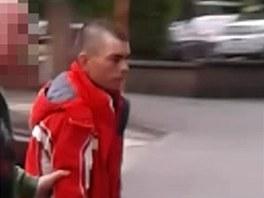 Jeden ze zadržených mužů, který kradl autoradia.