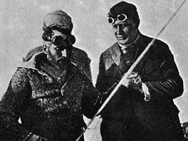 Polárníci zleva Nobile, se sněžnými brýlemi Běhounek