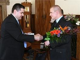 Olomoucký primátor Martin Novotný (vlevo) gratuluje strážníkovi Davidu