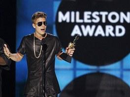 """Justin Bieber převzal na Cenách Billboardu ocenění """"Milník"""""""