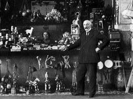 Georges Mélies před svým hračkářstvím na nádraží Montparnasse.