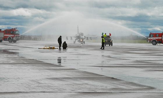 Slavobrána s hasičských stříkaček po posledním letu velitele vzdušných sil