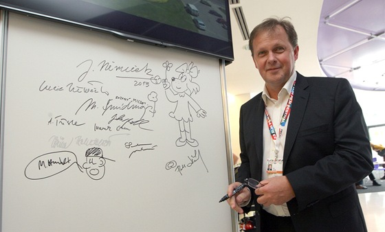 Generální ředitel České televize Petr Dvořák u festivalové podpisové stěny