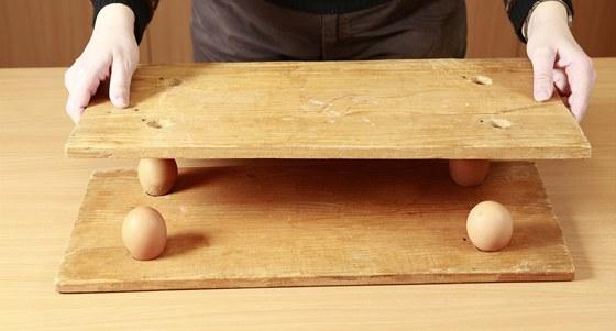 Jakou zátěž vydrží 4 čerstvá vejce v instalaci dle fotografie?