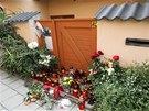 Kv�tiny a sv��ky p�ed domem zavra�d�n� rodiny v Ivanovic�ch (31. kv�tna 2013)