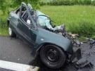 Řidič citroënu se po předjížení čelně srazil s protijedoucím kamionem. Na místě
