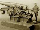 Moždíř vz. 18. Těžká moždířová střela o hmotnosti 380 kilogramů byla rovněž