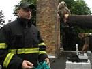 Hasiči opeřence z komína zachránili a předali ho pracovníkovi záchranné stanice...