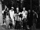 Milo� Havel (v b�l�m saku bez klobouku) na spole�n�m sn�mku na Havlov� s mal�m...